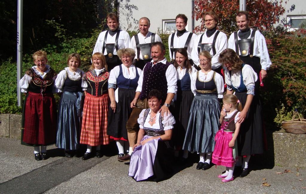 Hochzeitspaar mit Volkstanzkreis